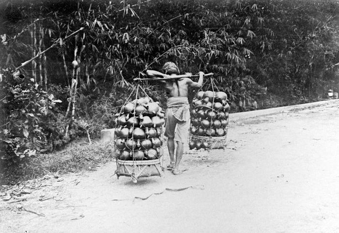 filecollectie tropenmuseum drager koelie met kruiken