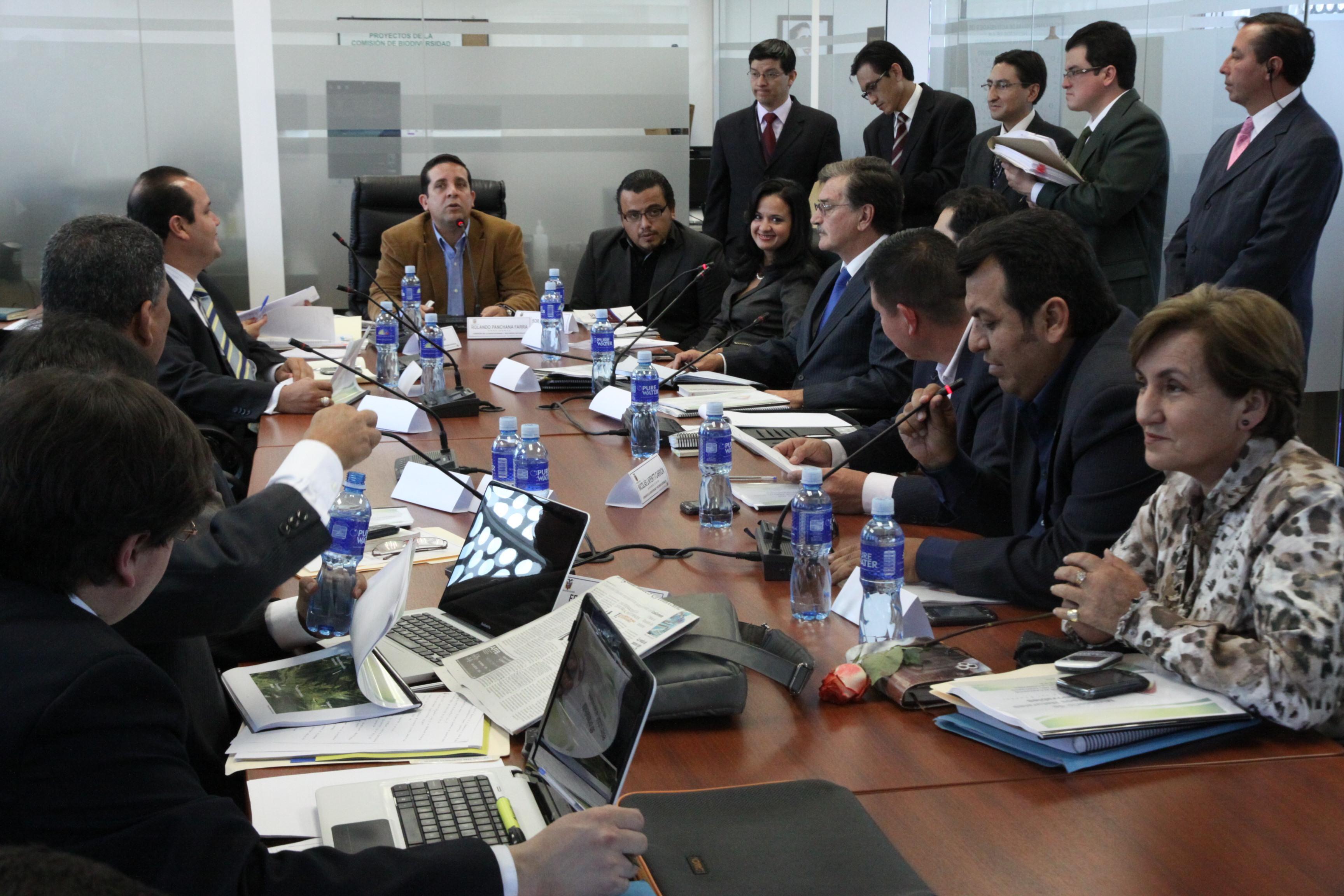 Marcela Aguiñaga de Ambiente, Wilson Pástor de Recursos Naturales No Renovables y al Viceministro de Minas (6816016390).jpg Español: Foto: Hugo Ortiz