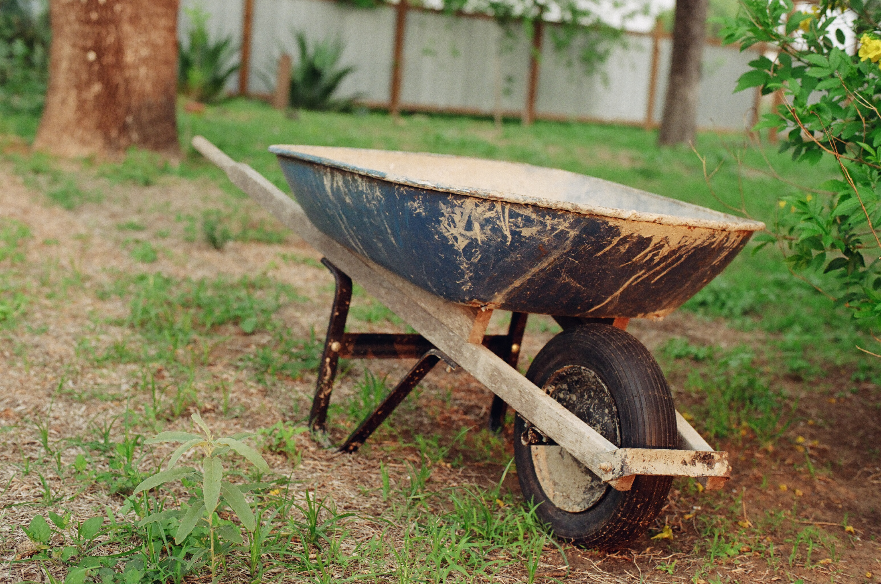 http://upload.wikimedia.org/wikipedia/commons/e/e2/Empty_Wheelbarrow.JPG
