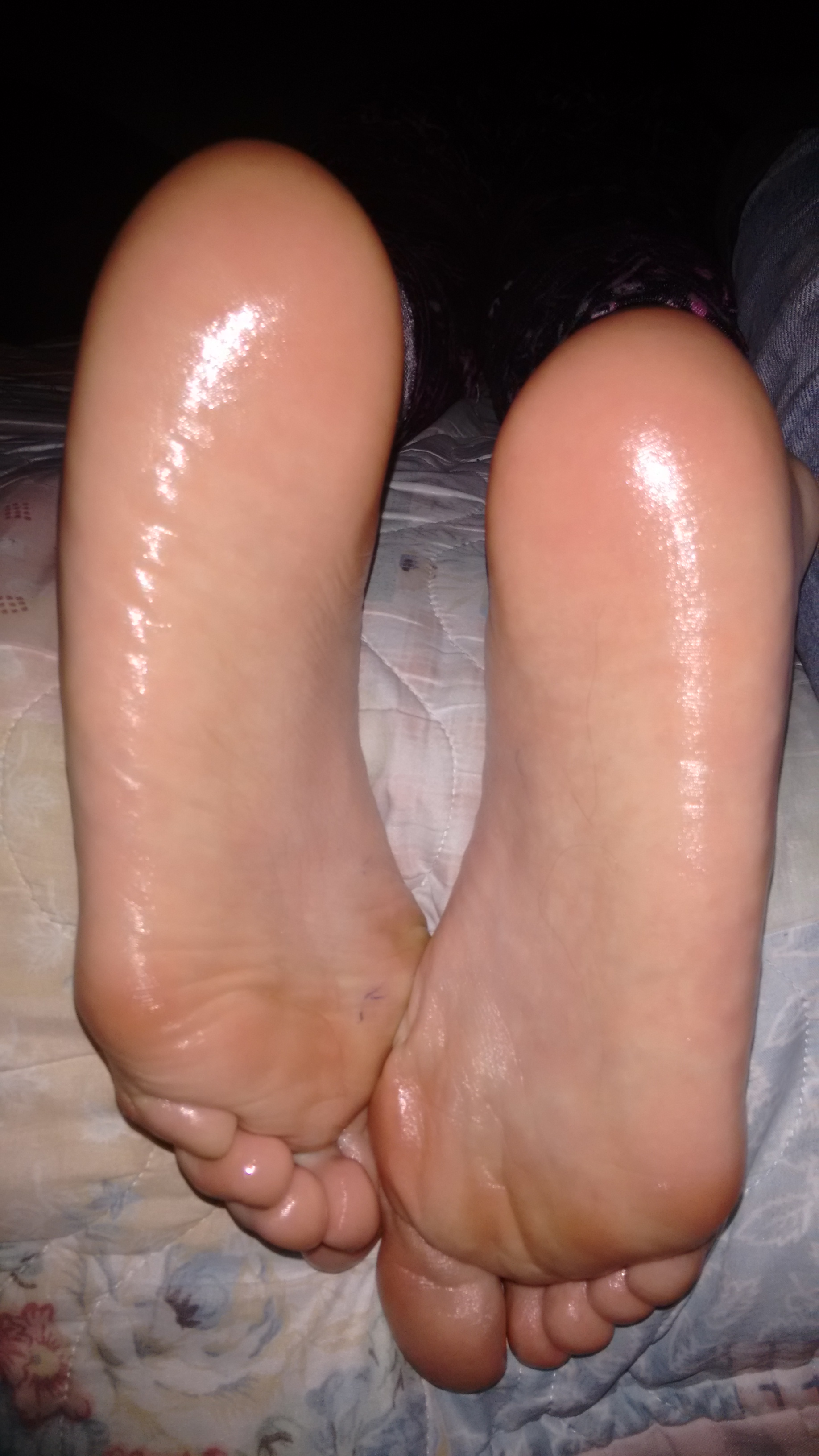 File:Girl´s soles with oil.jpg