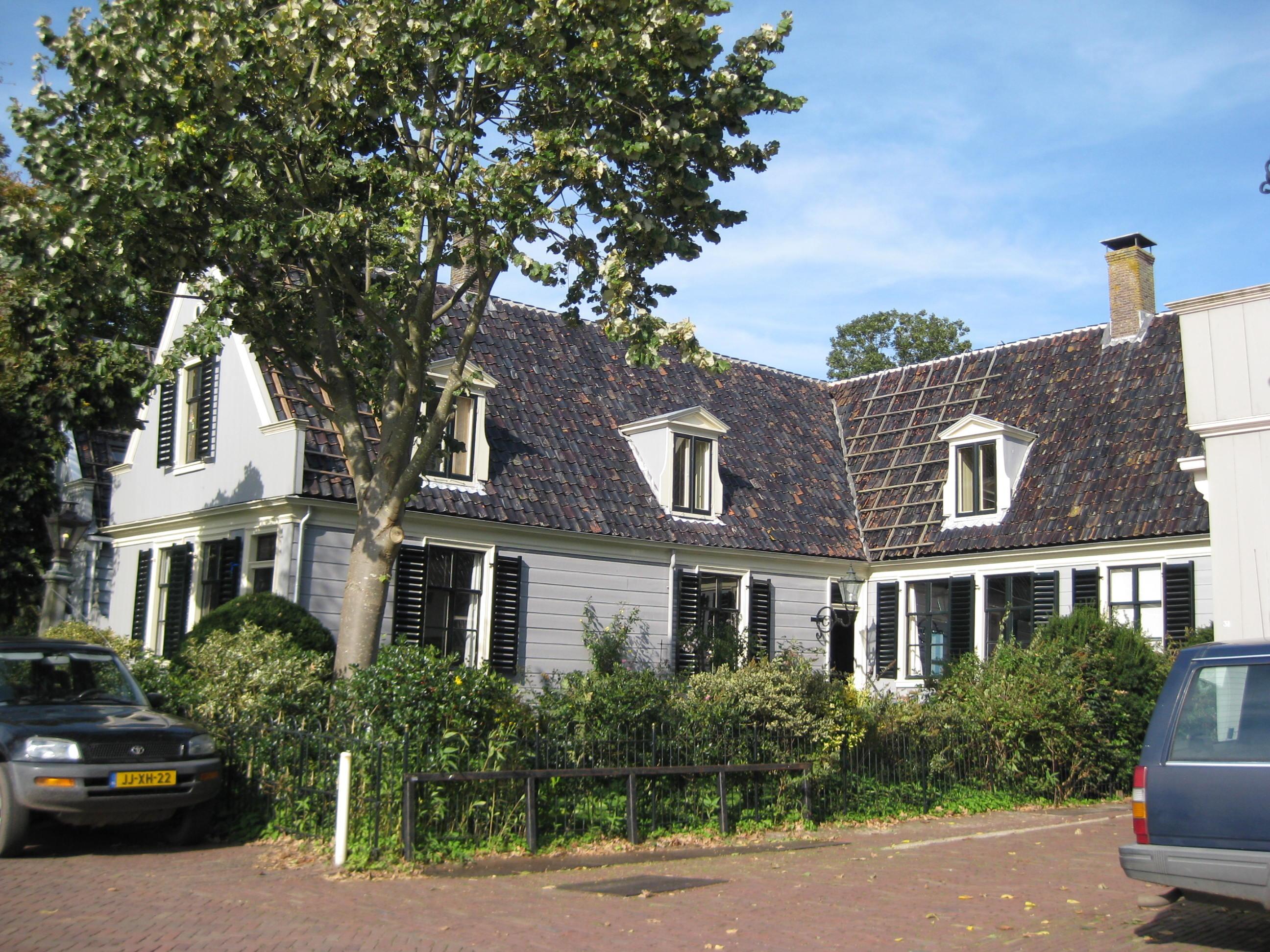 Houten huis in l vorm in broek in waterland monument - Foto huis in l ...