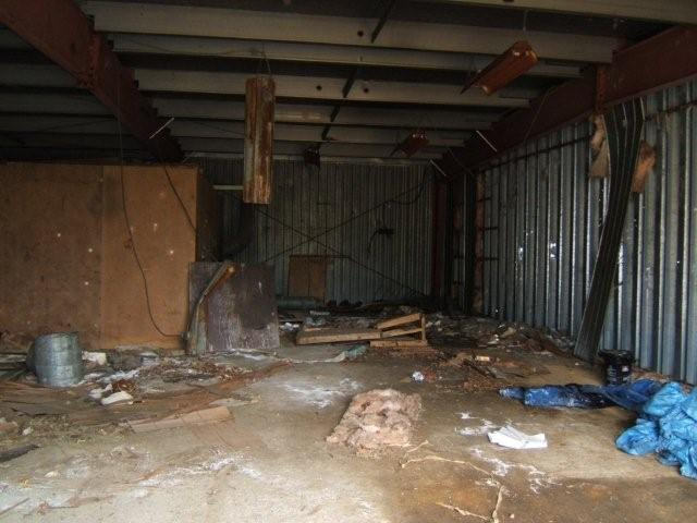 File inside kanichee garage wikimedia commons - Inside of a garage ...