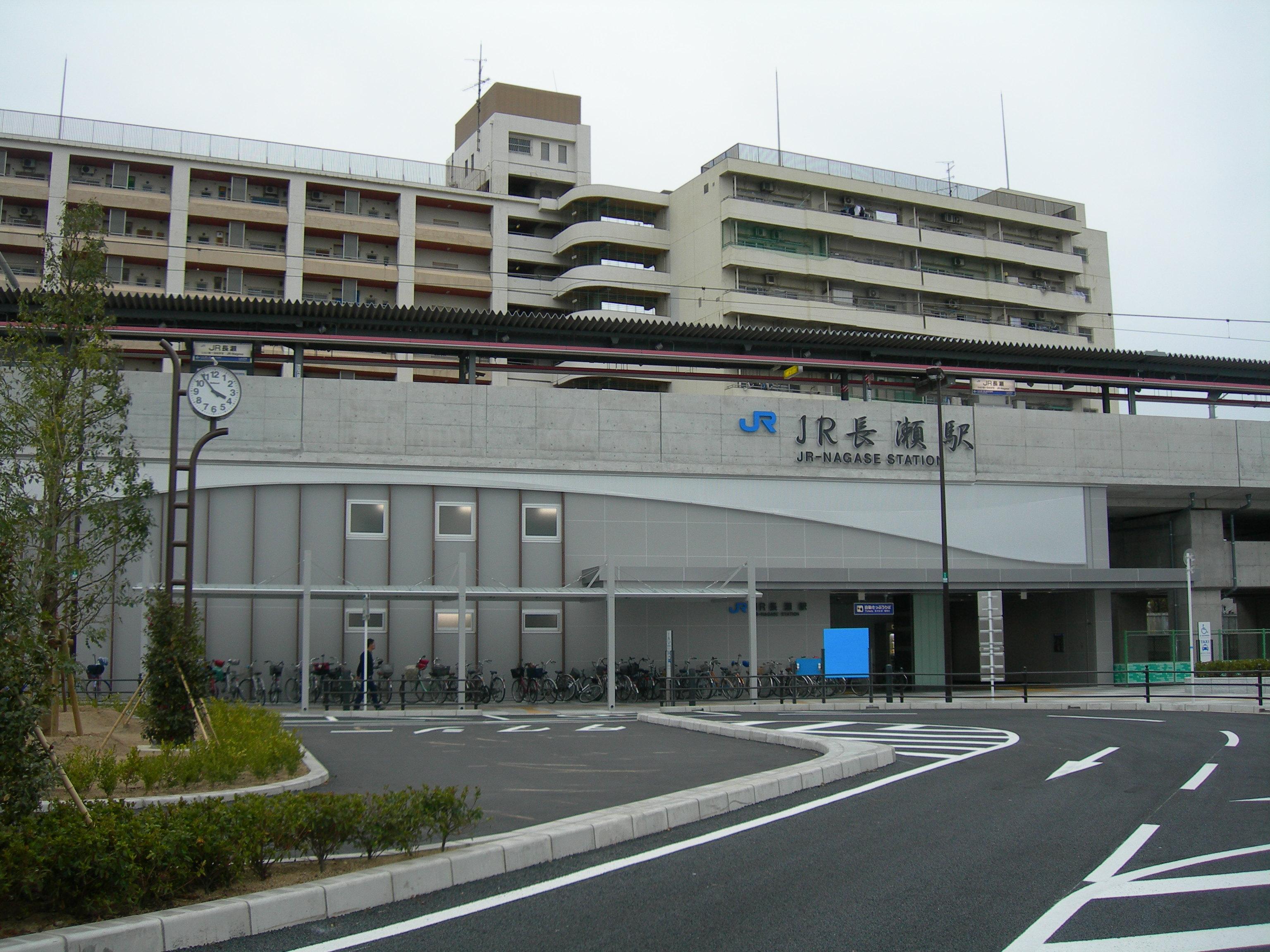 https://upload.wikimedia.org/wikipedia/commons/e/e2/JR-NagaseSt200803.JPG
