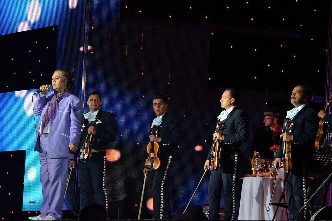 Juan Gabriel, acompañado de mariachis, durante una presentación en 2012.