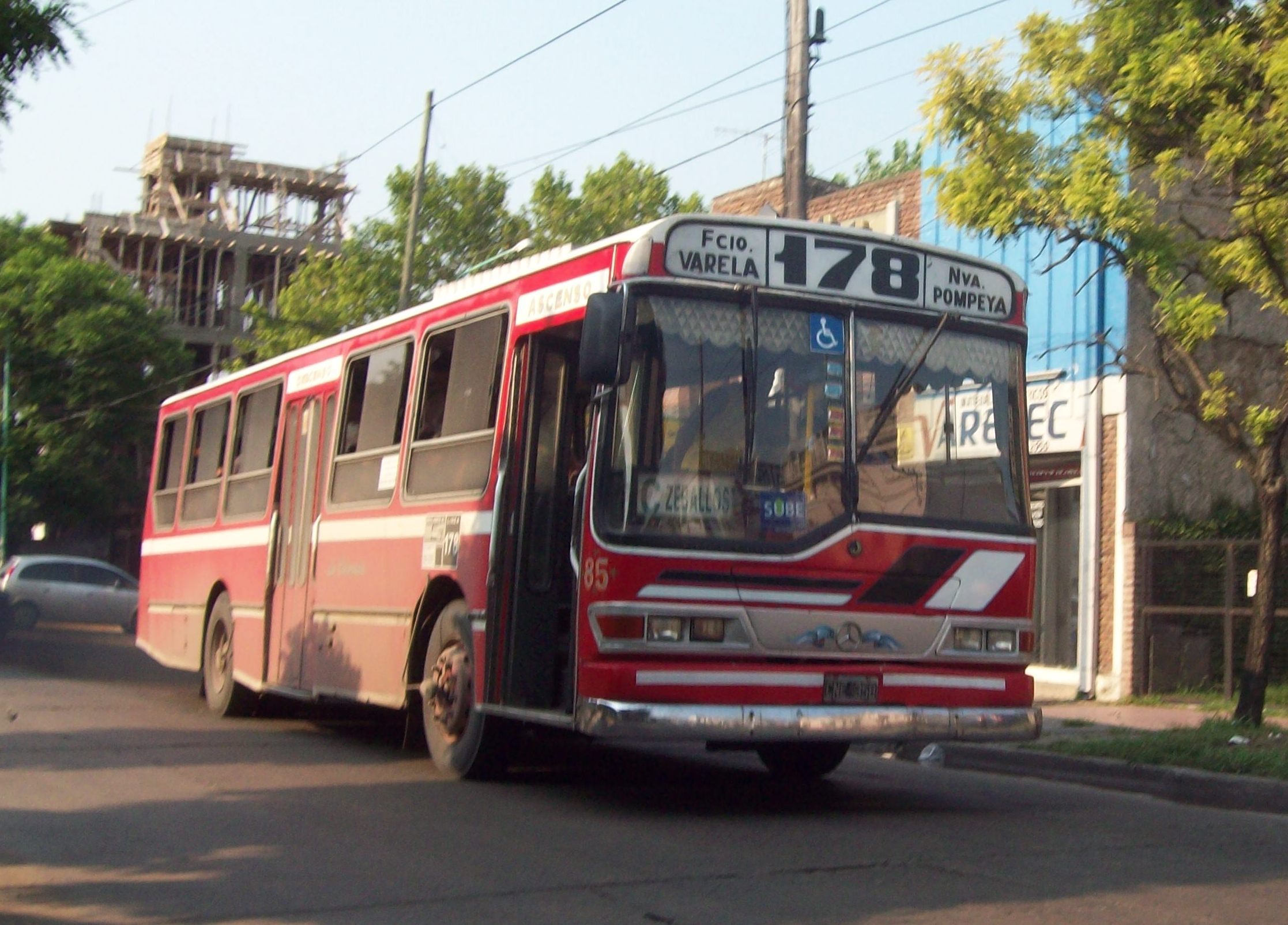 File:Línea 178 en Florencio Varela.JPG