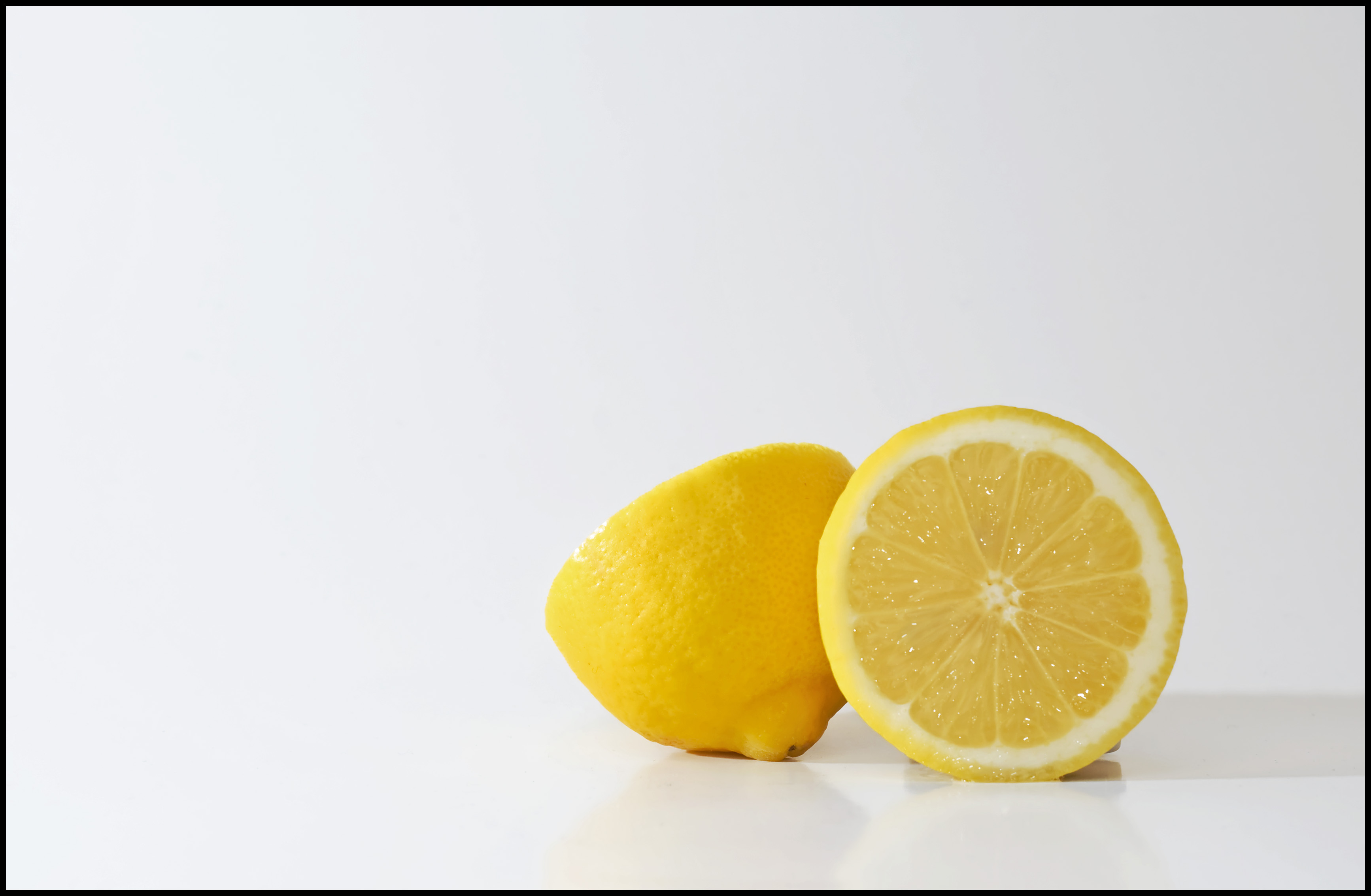 https://upload.wikimedia.org/wikipedia/commons/e/e2/Lemons_on_white.jpg