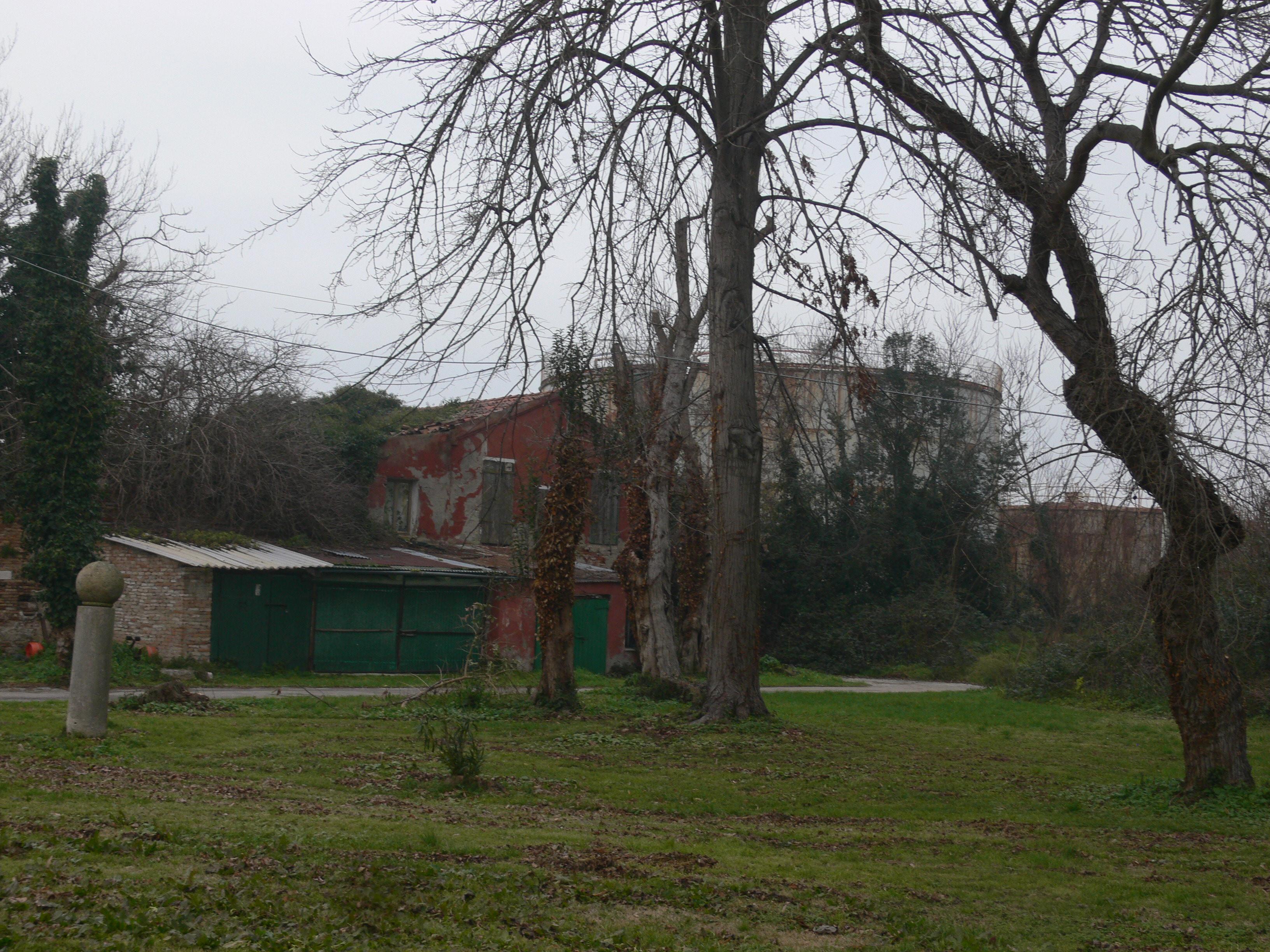 https://upload.wikimedia.org/wikipedia/commons/e/e2/Lido_di_Venezia_-_Residence_Soggiorno_Marino%2C_Marina_Militare_-_gardens.JPG
