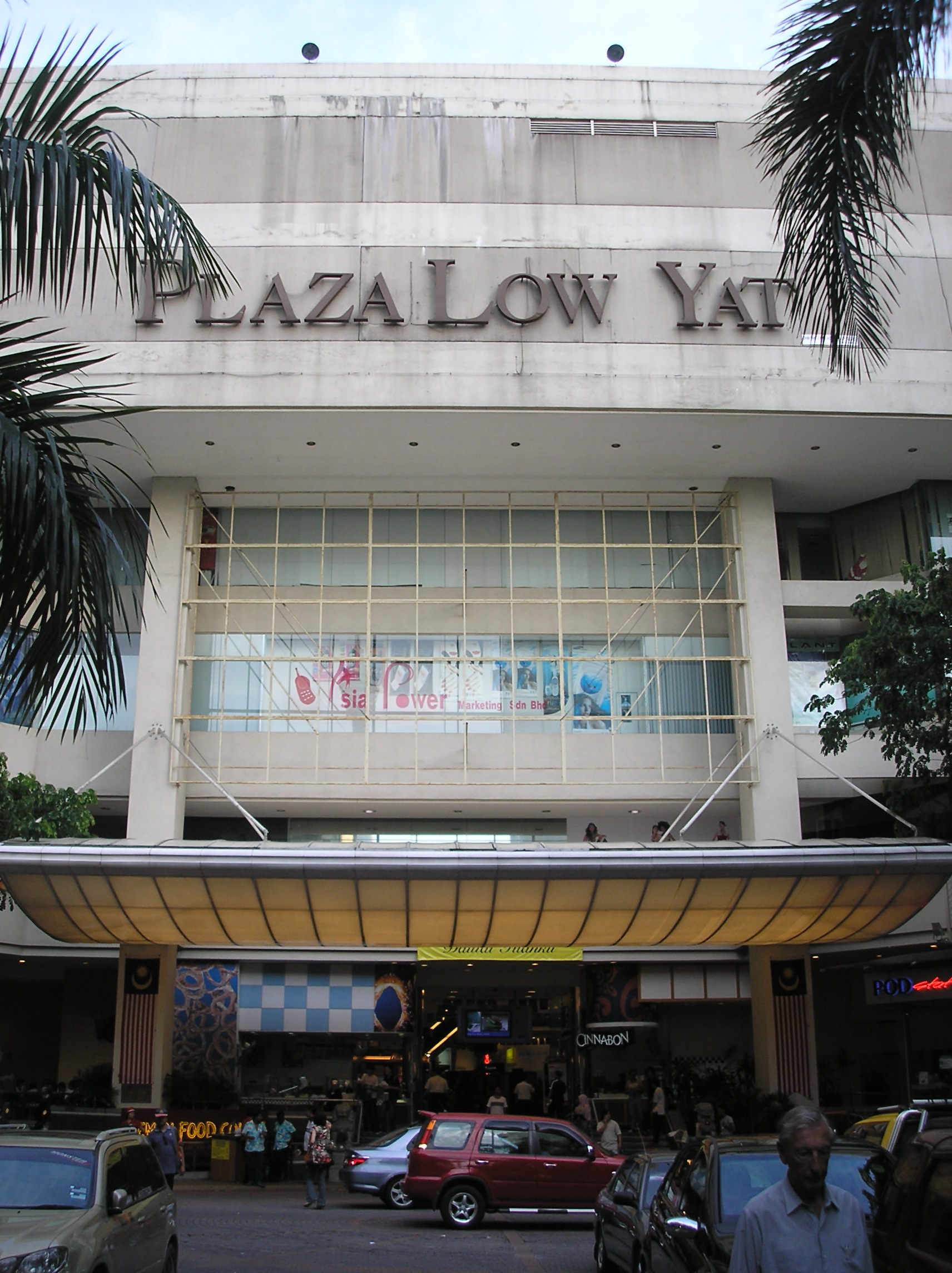 low yat Kuala lumpur (the star/asia news network) - a melee erupted  between thugs and sales clerks in a smartphone shop at low yat.