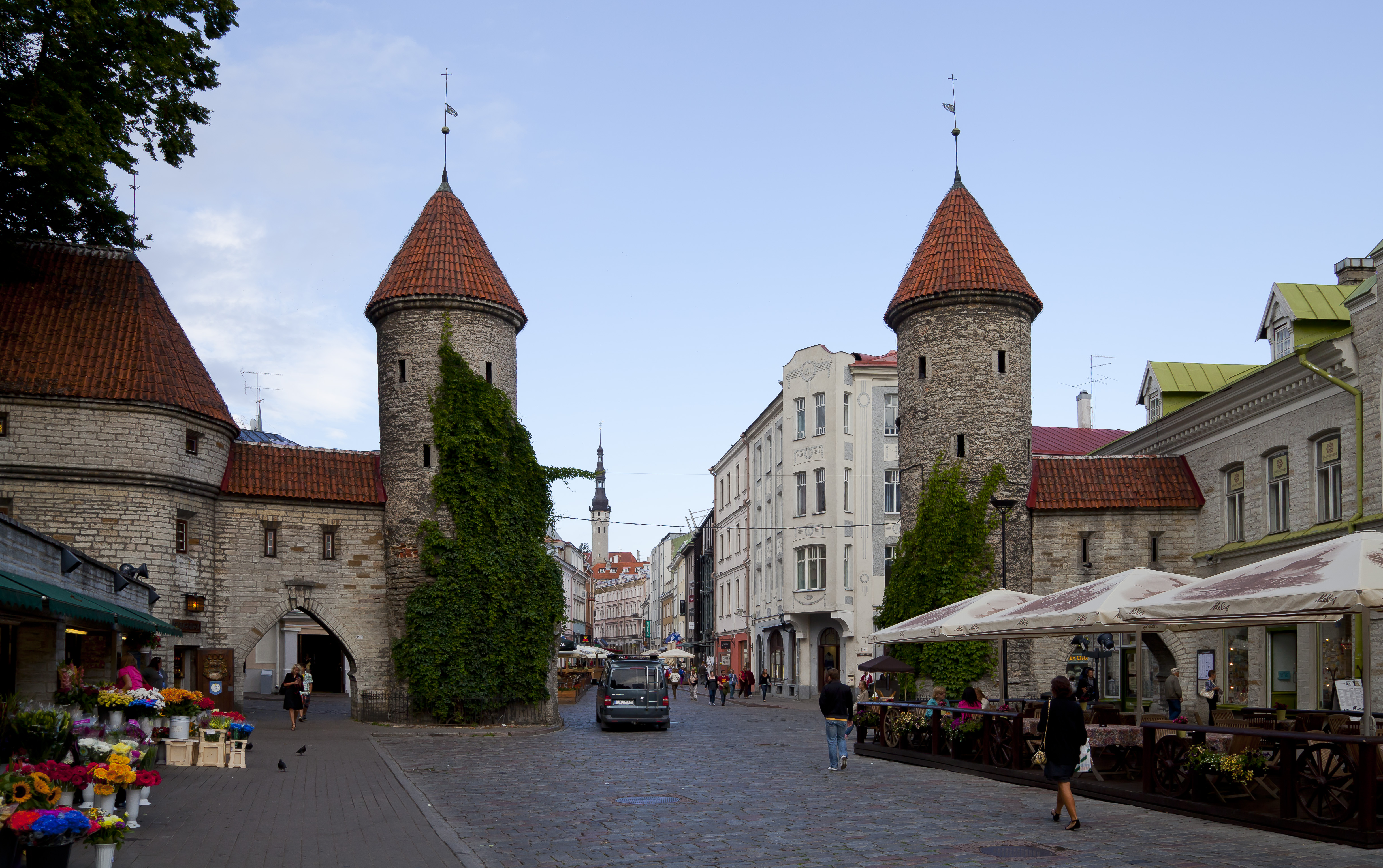 https://upload.wikimedia.org/wikipedia/commons/e/e2/Puerta_de_Viru%2C_Tallinn%2C_Estonia%2C_2012-08-05%2C_DD_11.JPG