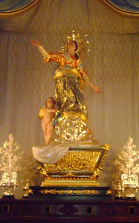 English: The statue of the Assumption venerate...