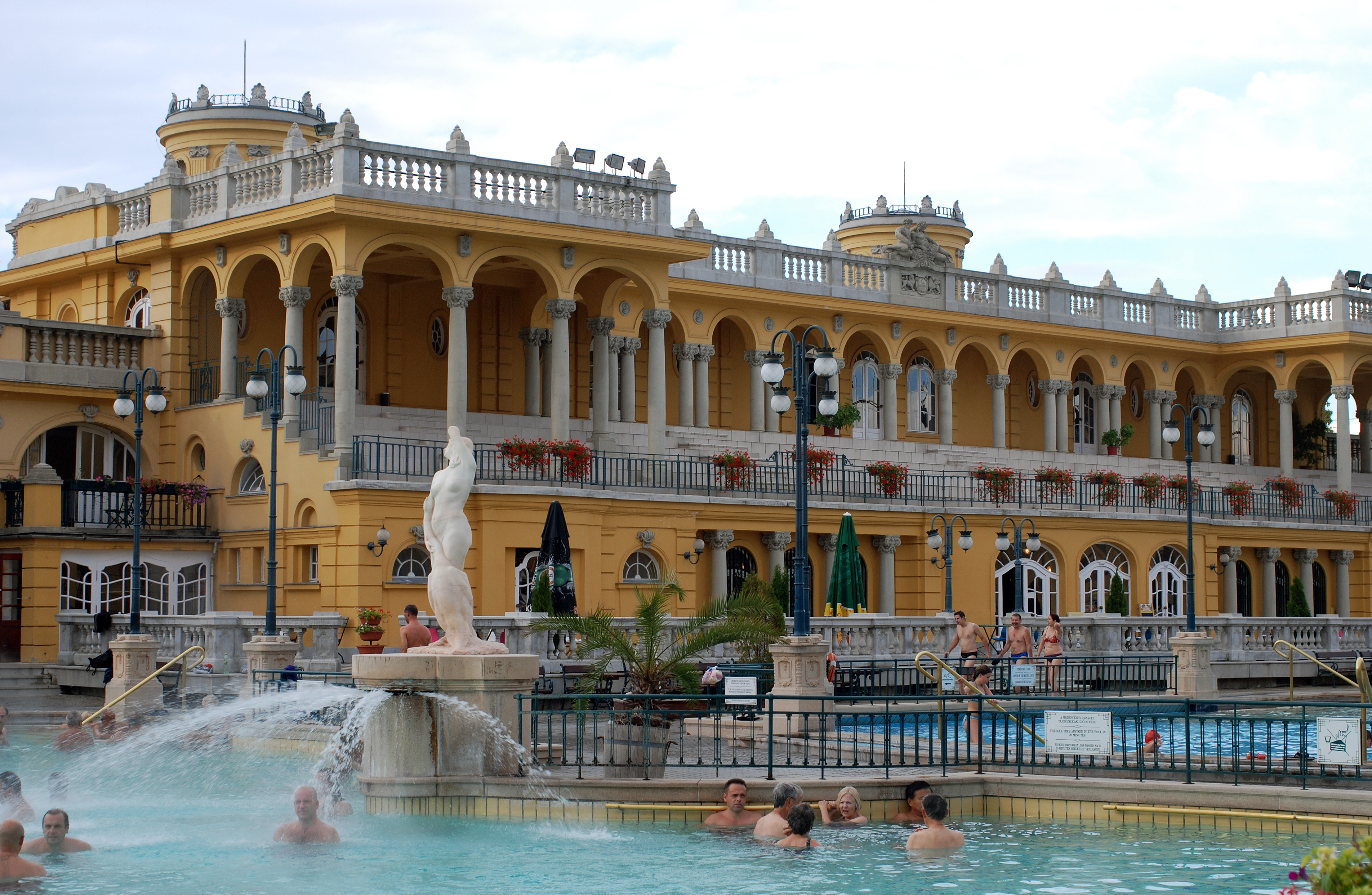File sz chenyi gy gyf rd thermal spa in budapest 004 jpg wikimedia commons for A list salon budapest