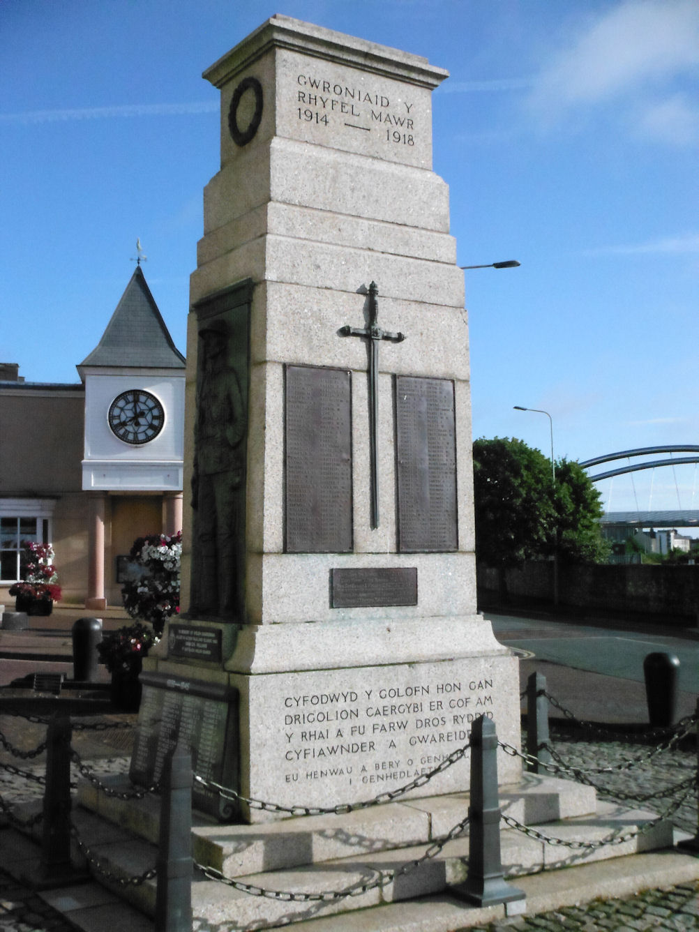 File:The Cenotaph, Holyhead, Anglesey (1).jpg