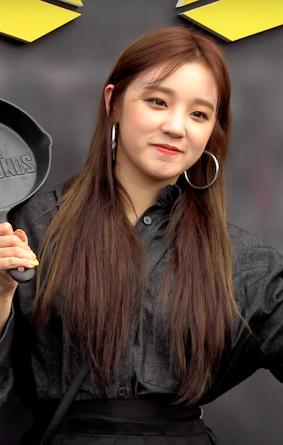 (여자)아이들 우기 (G)I-DLE YUQI @ '2019 펍지 네이션스 컵 06.png English: Song Yuqi at The PUBG Nations Cup 2019 in Seoul on August 9, 2019. Date 9 September 2019 Source