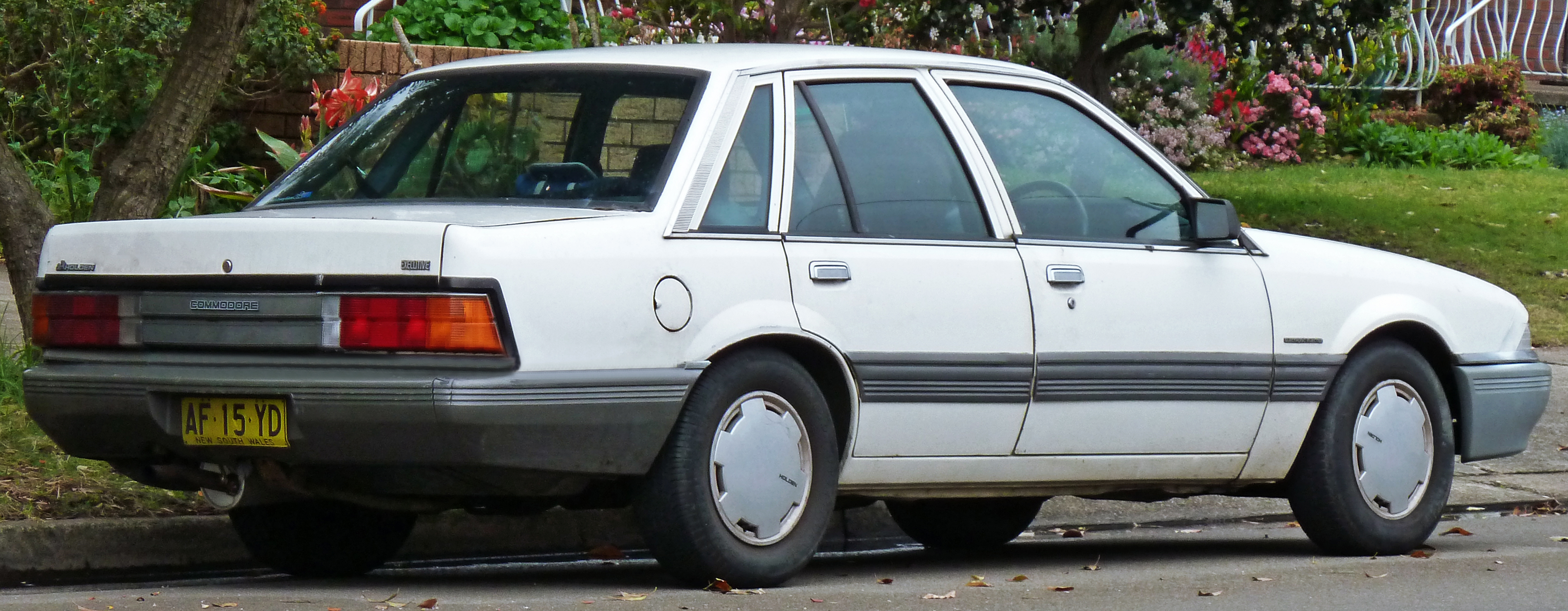 1986 Holden Vl: File:1986-1988 Holden VL Commodore Executive Sedan 04.jpg