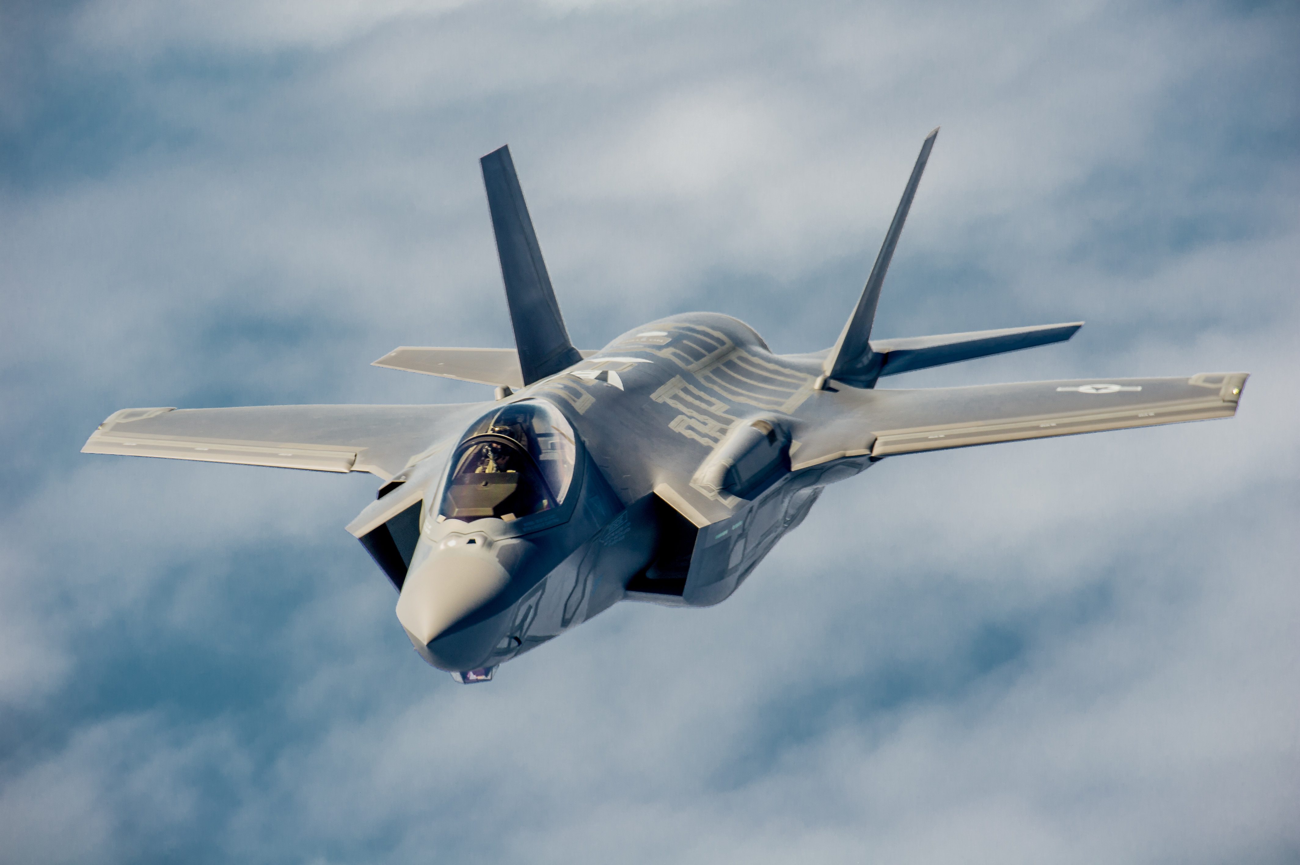 ​Истребитель F-35 http://upload.wikimedia.org/wikipedia/commons/e/e3/A_U.S._Air_Force_pilot_navigates_an_F-35A_Lightning_II_aircraft_assigned_to_the_58th_Fighter_Squadron,_33rd_Fighter_Wing_into_position_to_refuel_with_a_KC-135_Stratotanker_assigned_to_the_336th_Air_Refueling_130516-F-XL333–499.jpg - Япония намерена расширить заказ на истребители F-35 | Военно-исторический портал Warspot.ru