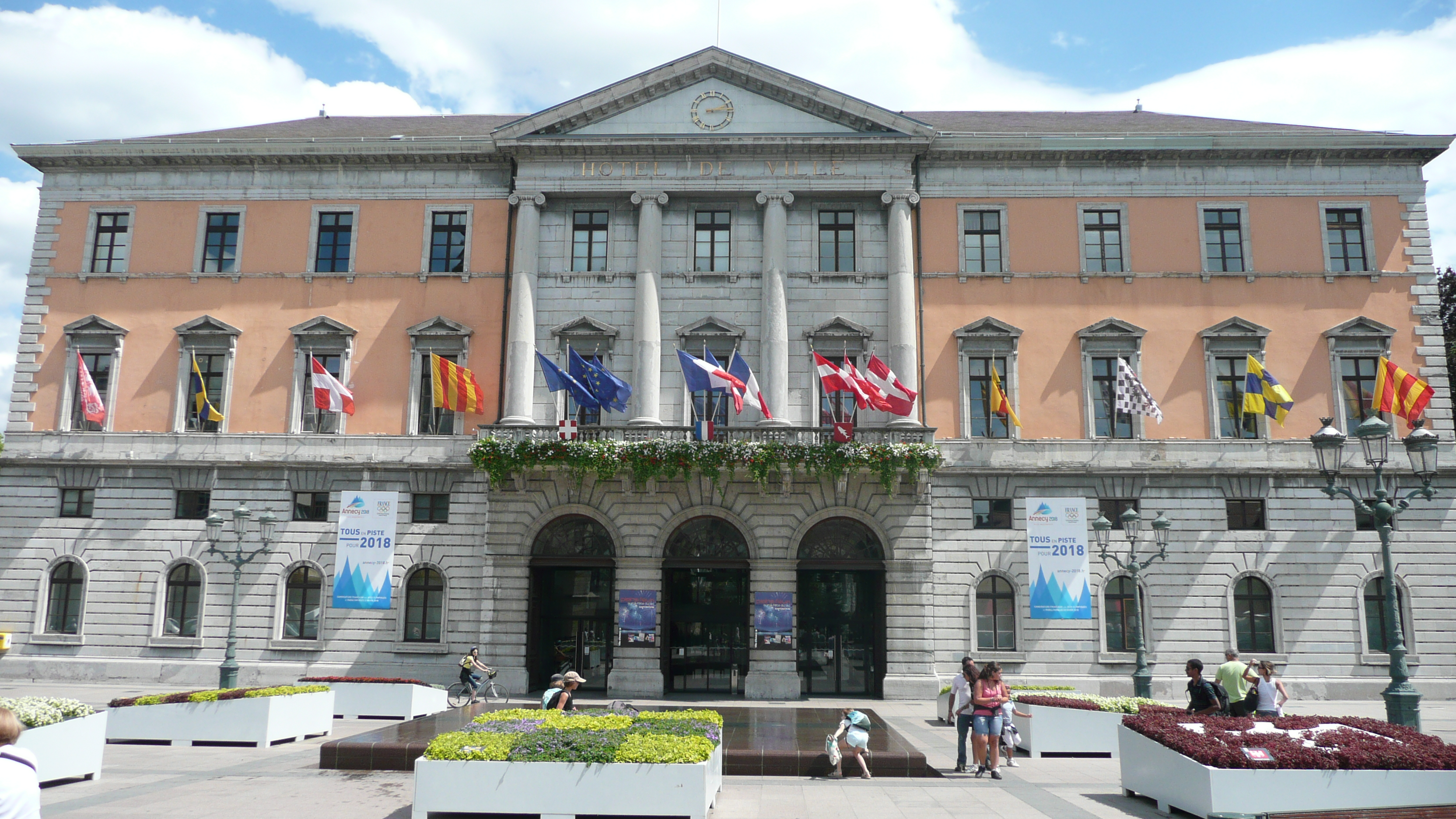 File annecy hotel de ville jpg wikimedia commons for Hotel annecy piscine