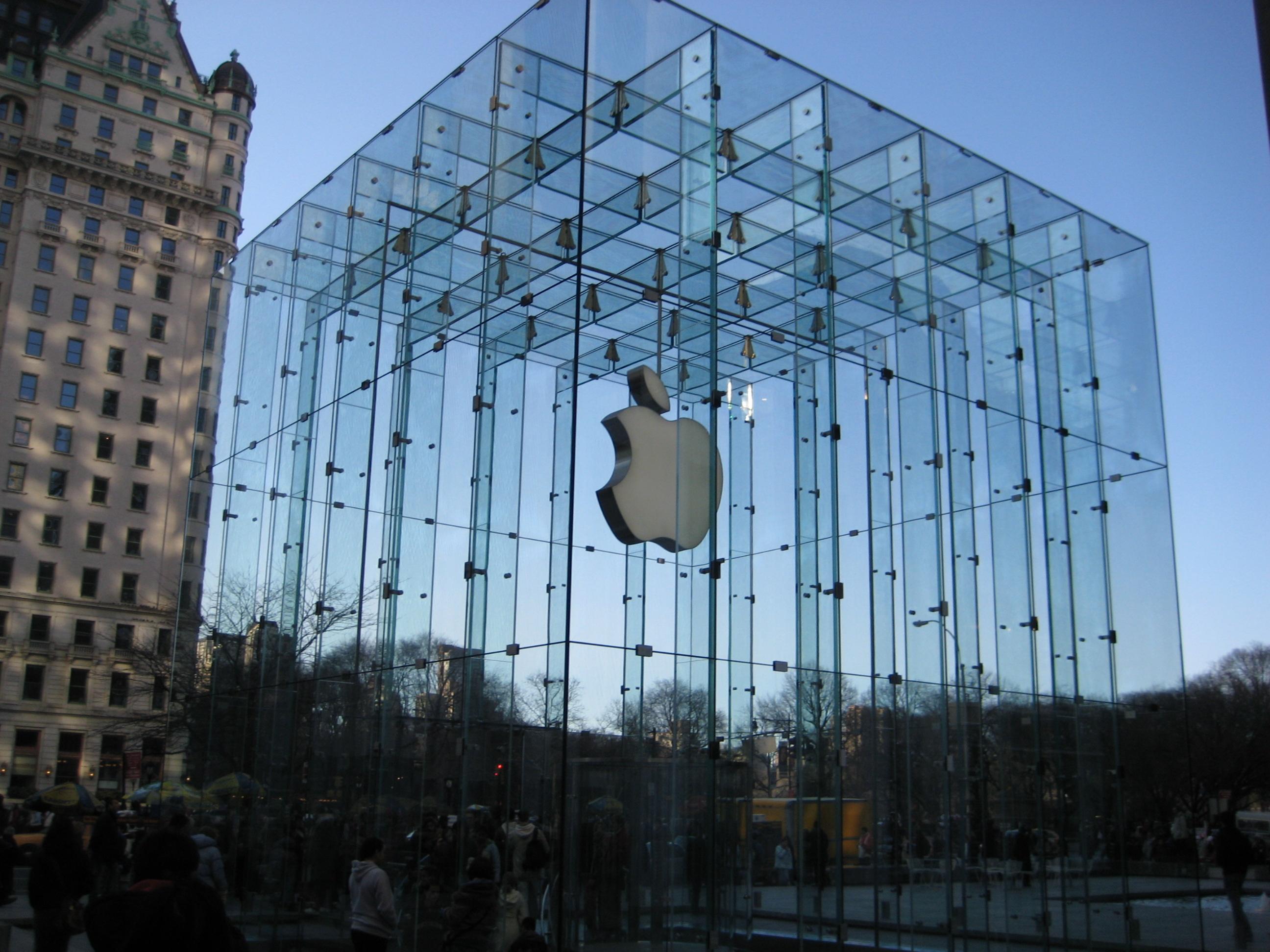 Ikonický Apple Store z 5th Avenue v NY, Apple tú takmer na celú budovu použilo sklo! - svetapple.sk