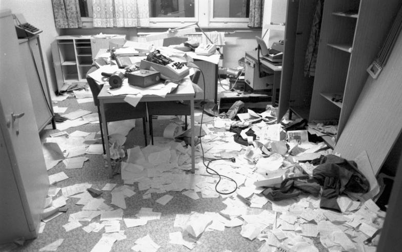 File:Bundesarchiv Bild 183-1990-0116-014, Berlin, Stasi-Zentrale gestürmt.jpg