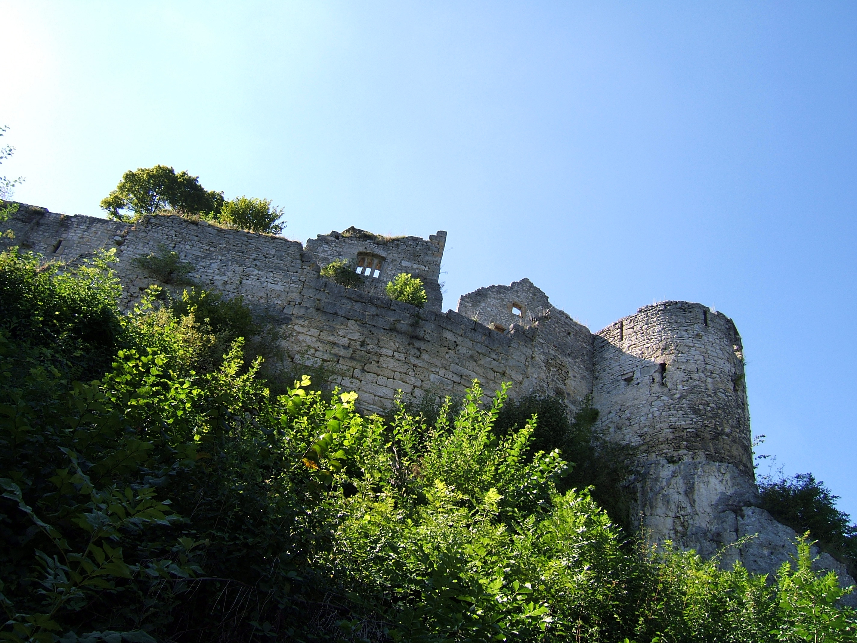 Blick von unten auf die Ruine der Burg Hohenurach