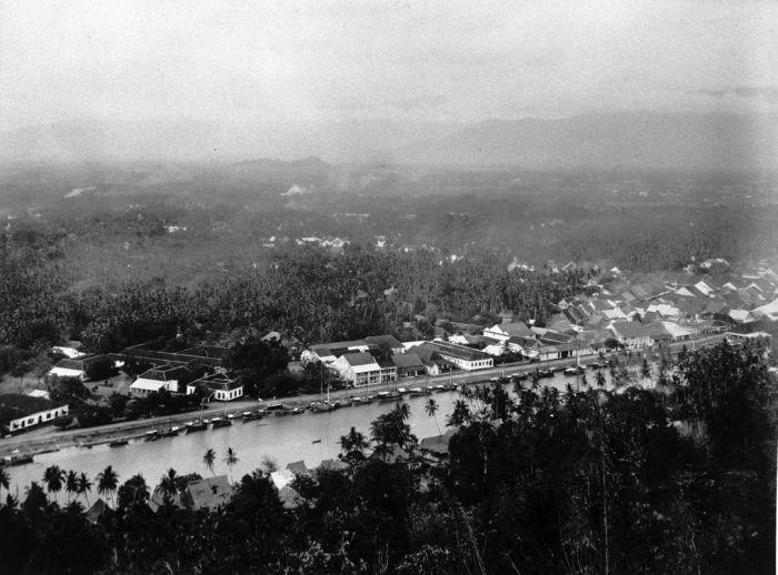 File:COLLECTIE TROPENMUSEUM Bovenaanzicht van Padang aan de Padang rivier Sumatra`s Westkust TMnr 60003523.jpg