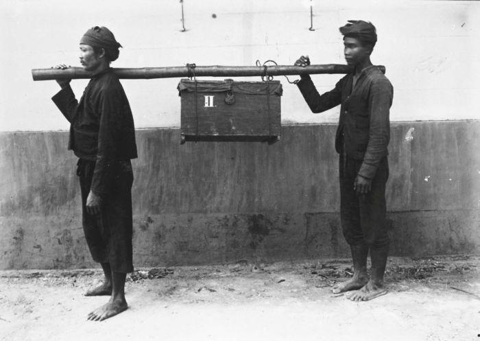 File:COLLECTIE TROPENMUSEUM Dragers met een kist verbandmiddelen die meegaan met de militaire expedities in Atjeh TMnr 60037212.jpg