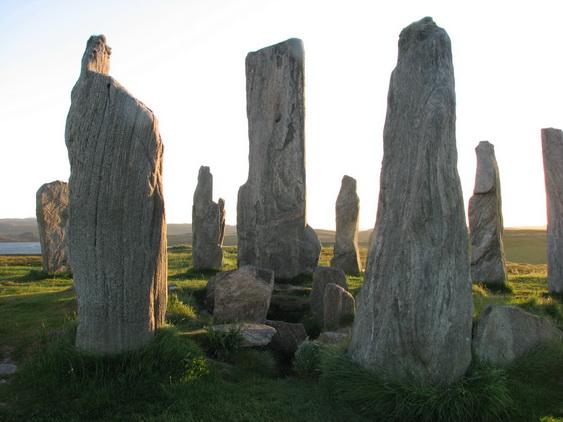File:Callanish-i állókövek és a kripta.jpg