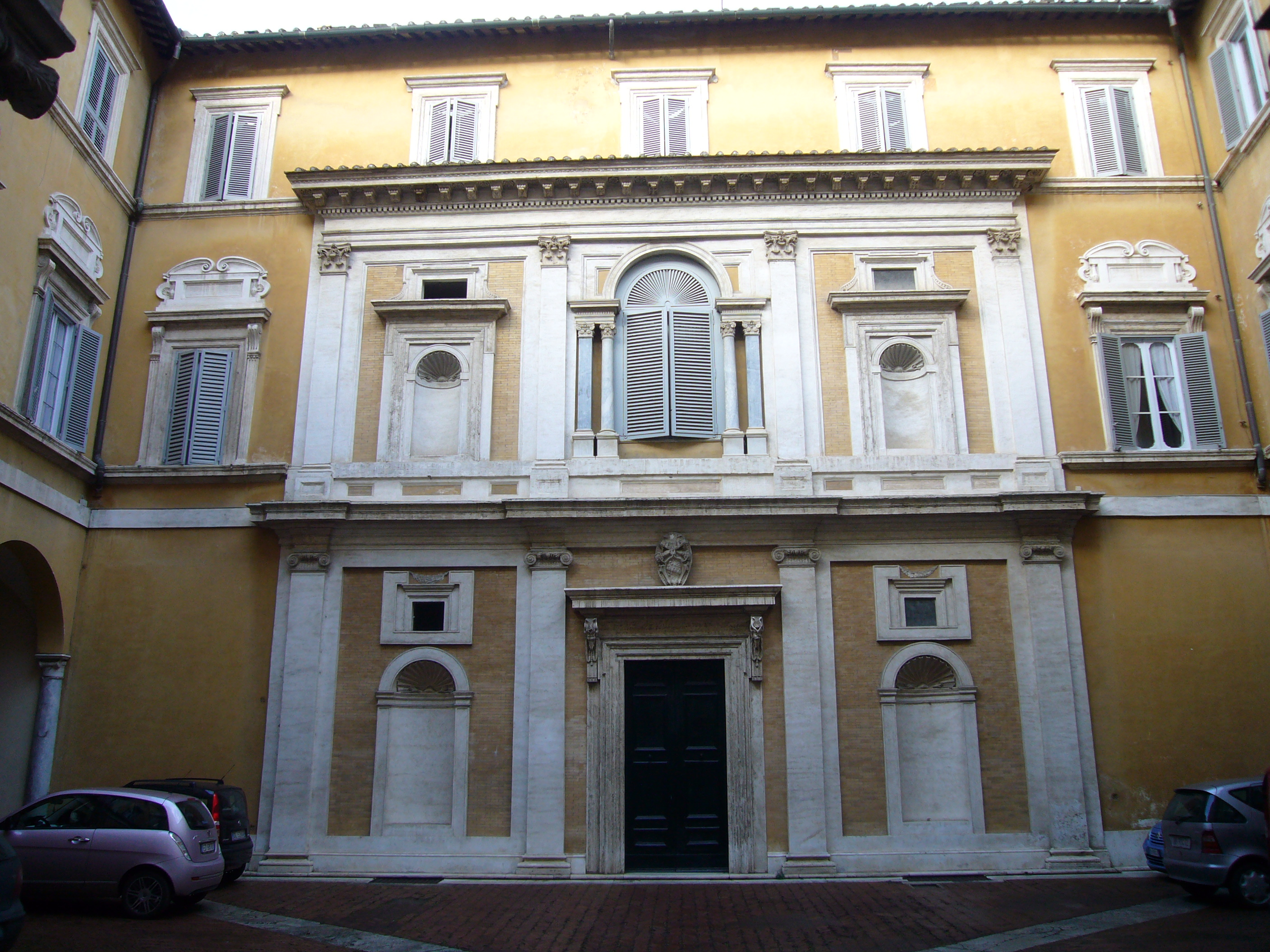 https://upload.wikimedia.org/wikipedia/commons/e/e3/Campo_Marzio_-_Palazzo_Firenze_cortile_1190751.JPG
