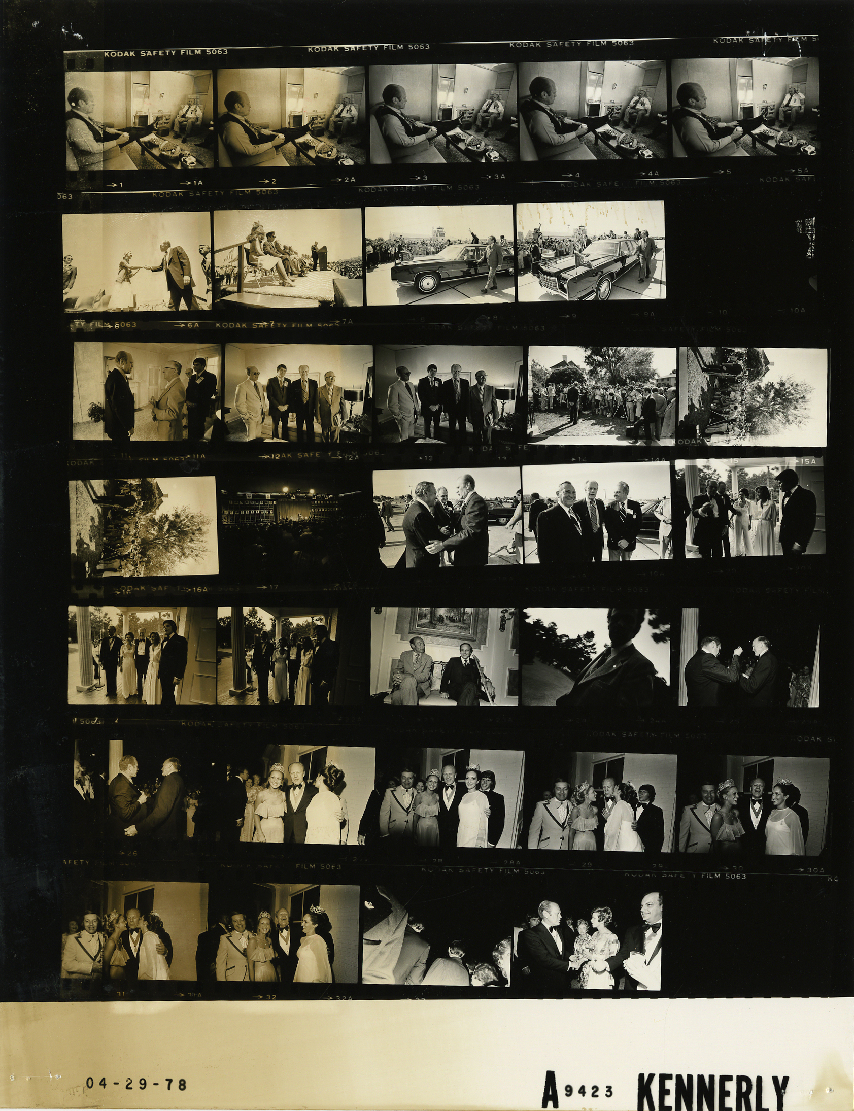 Ford A9423 NLGRF photo contact sheet (1976-04-27)(Gerald Ford Library).jpg English: The photo contact sheet, identified as A9423 by the White