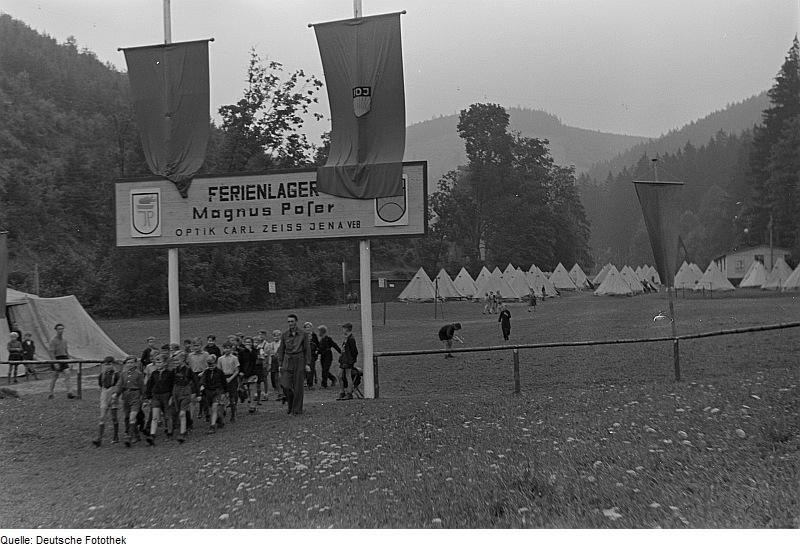 Datei:Fotothek df roe-neg 0006146 024 Ansicht des Lagers mit Kindergruppe.jpg