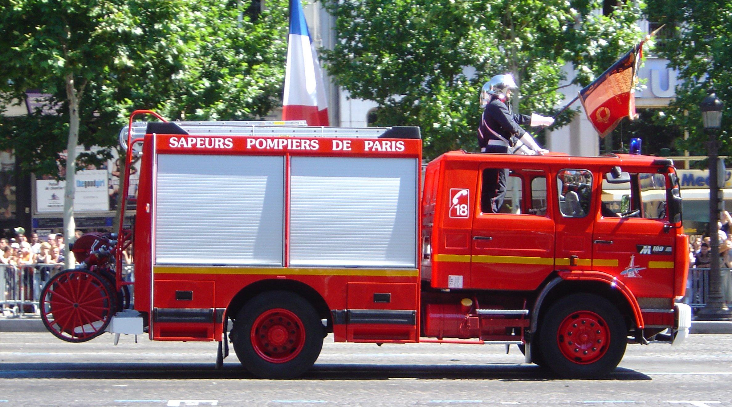 French_fire_engine_parading_DSC00870 dans coup de coeurs