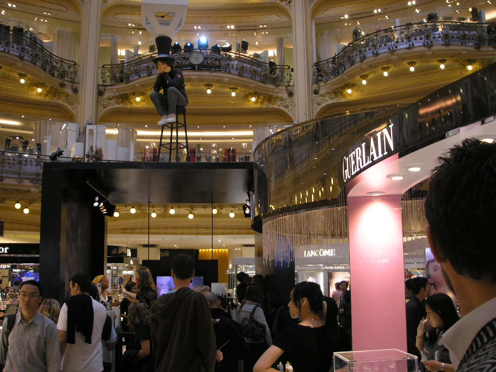 https://upload.wikimedia.org/wikipedia/commons/e/e3/Galeries_Lafayette_Paris_interieur_Oct_2007_008.jpg