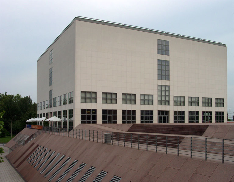The galerie by day. (Courtesy Wikimedia Commons)