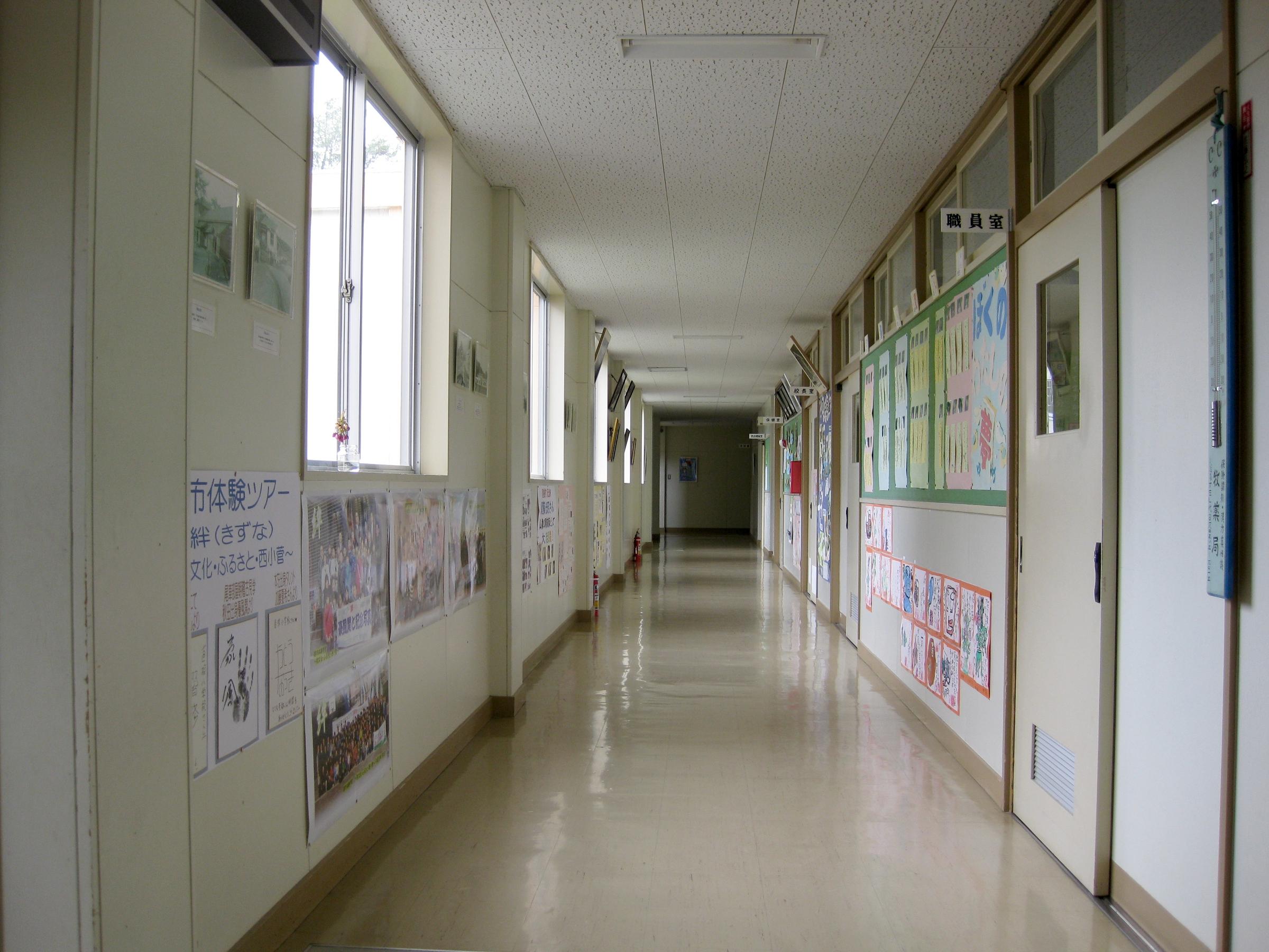 File:Hitane Elementary School hallway 1.jpg
