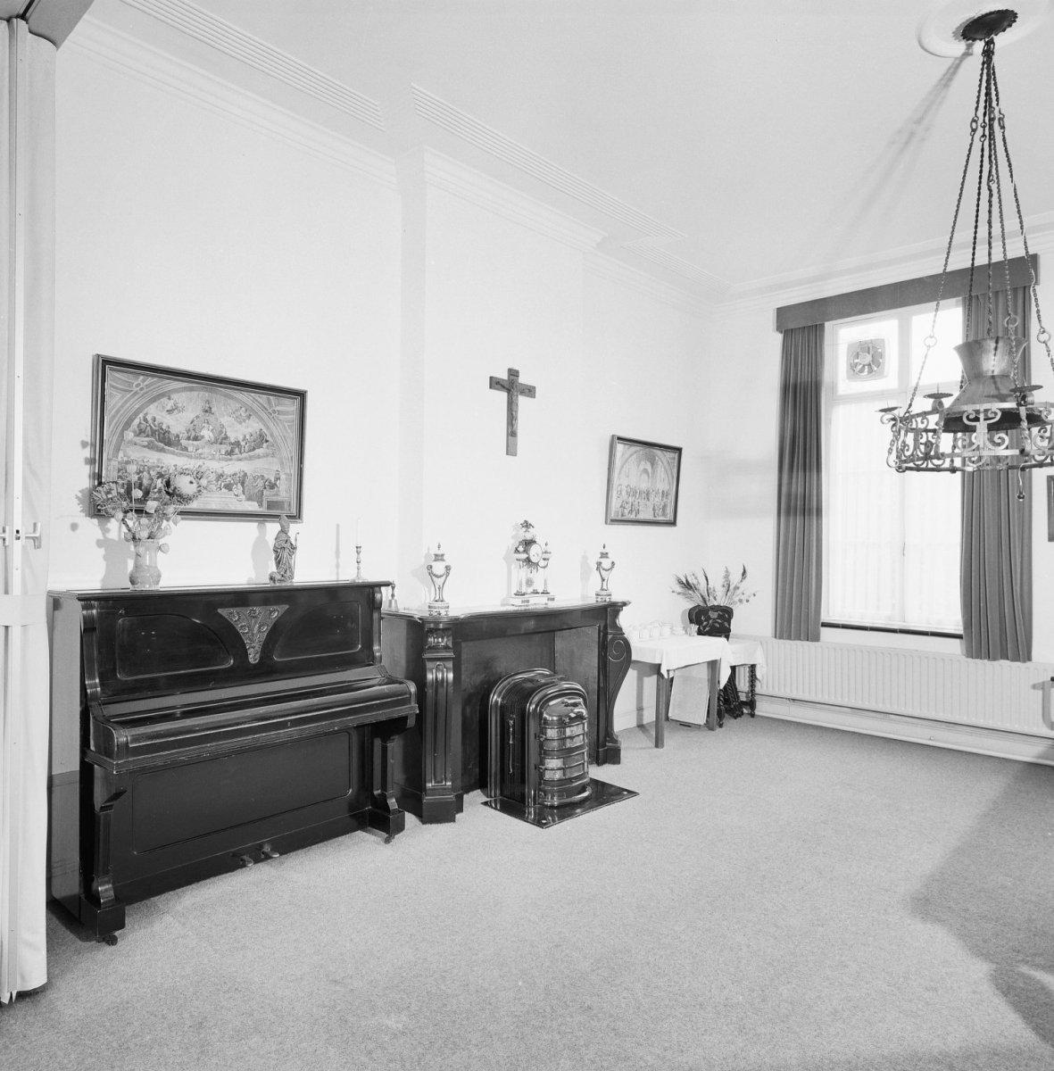 File interieur begane grond overzicht kamer met schouw for Kamer interieur