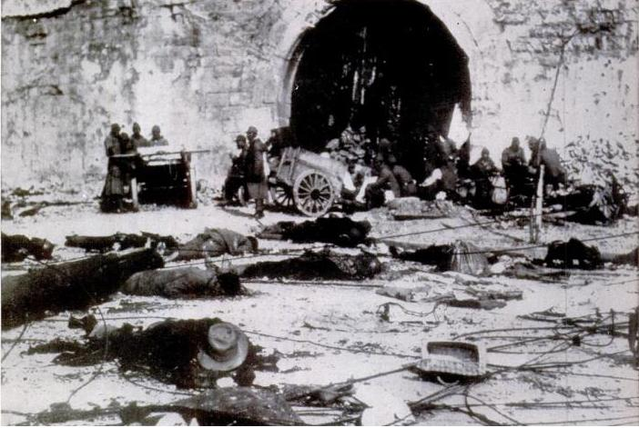 http://upload.wikimedia.org/wikipedia/commons/e/e3/Japanese_looting_near_a_gate,_Nanking_massacre.JPG