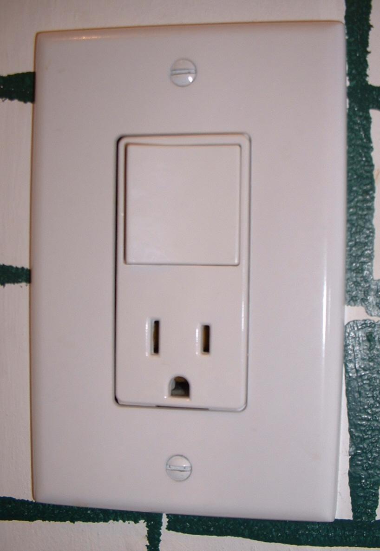 File:Kombination Lichtschalter Steckdose USA 2.jpg - Wikimedia Commons