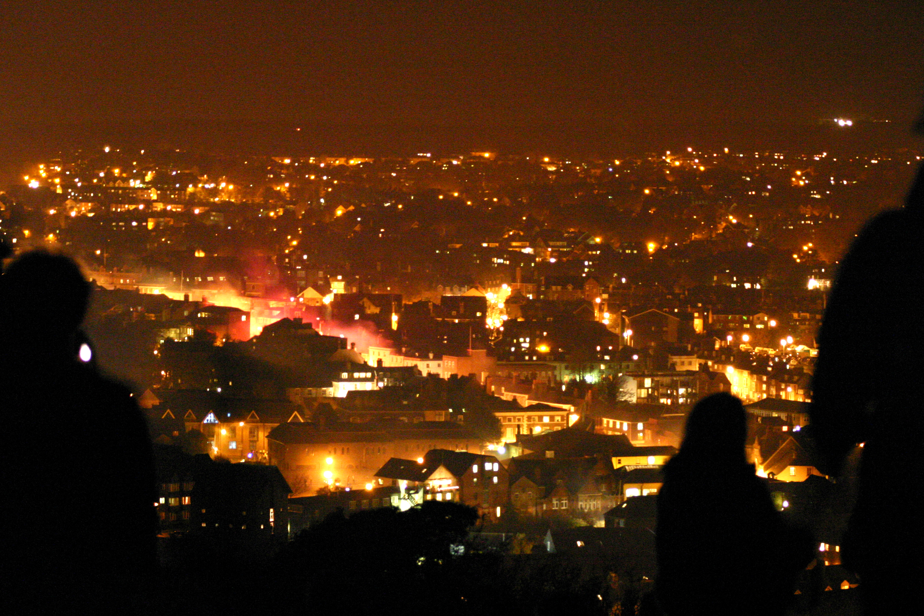 https://upload.wikimedia.org/wikipedia/commons/e/e3/Lewes_Bonfire_Night_2007_-_Burning_Town_and_Hillside_Watchers2.jpg