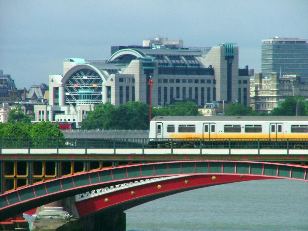 how to get to blackfriars station