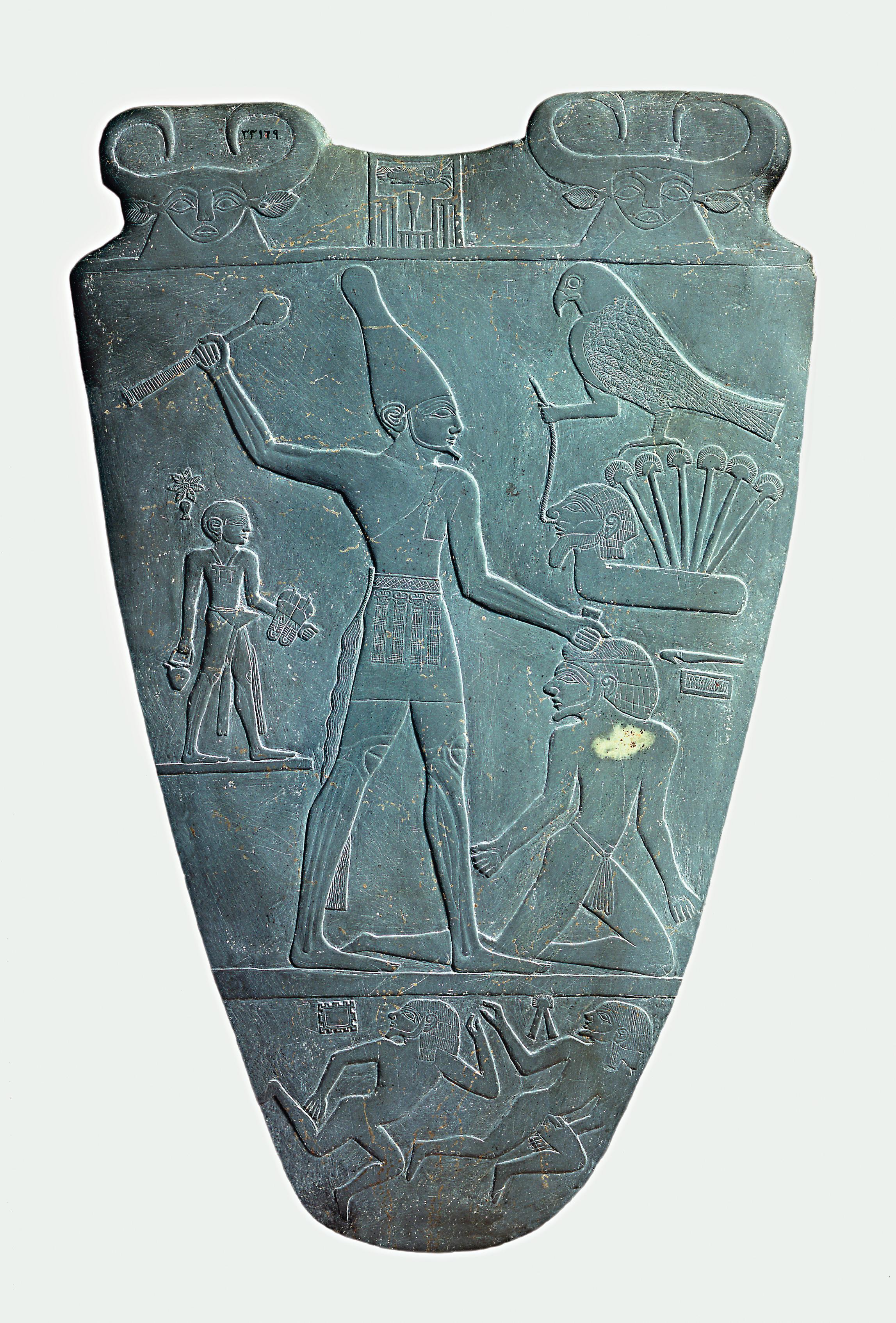 Arqueólogos descubren un pueblo anterior a los faraones en el Delta del Nilo Narmer_Palette_smiting_side
