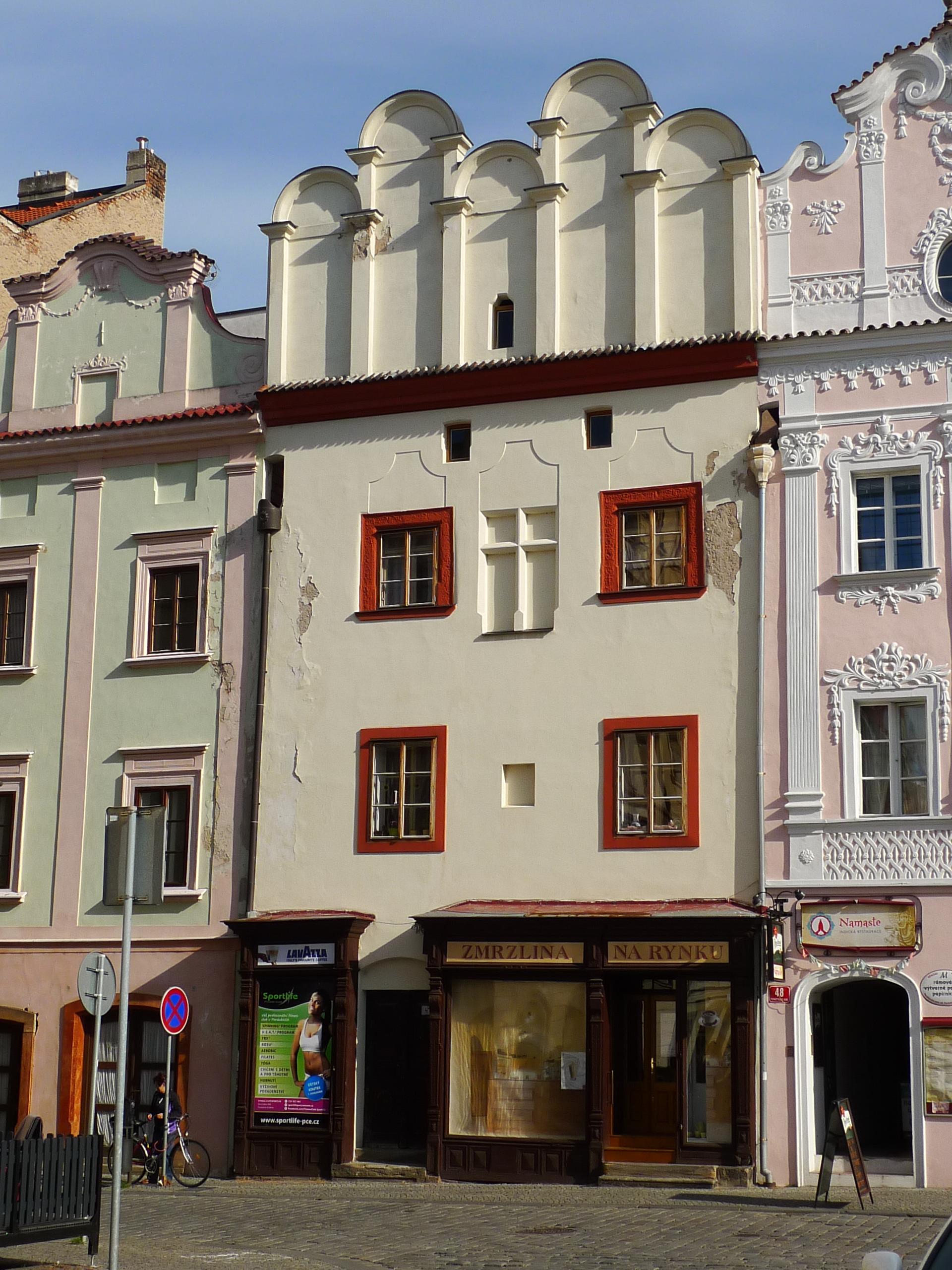 Pardubice%2C_městský_dům_čp._47%2C_Pernštýnské_náměst%C3%AD_47.JPG