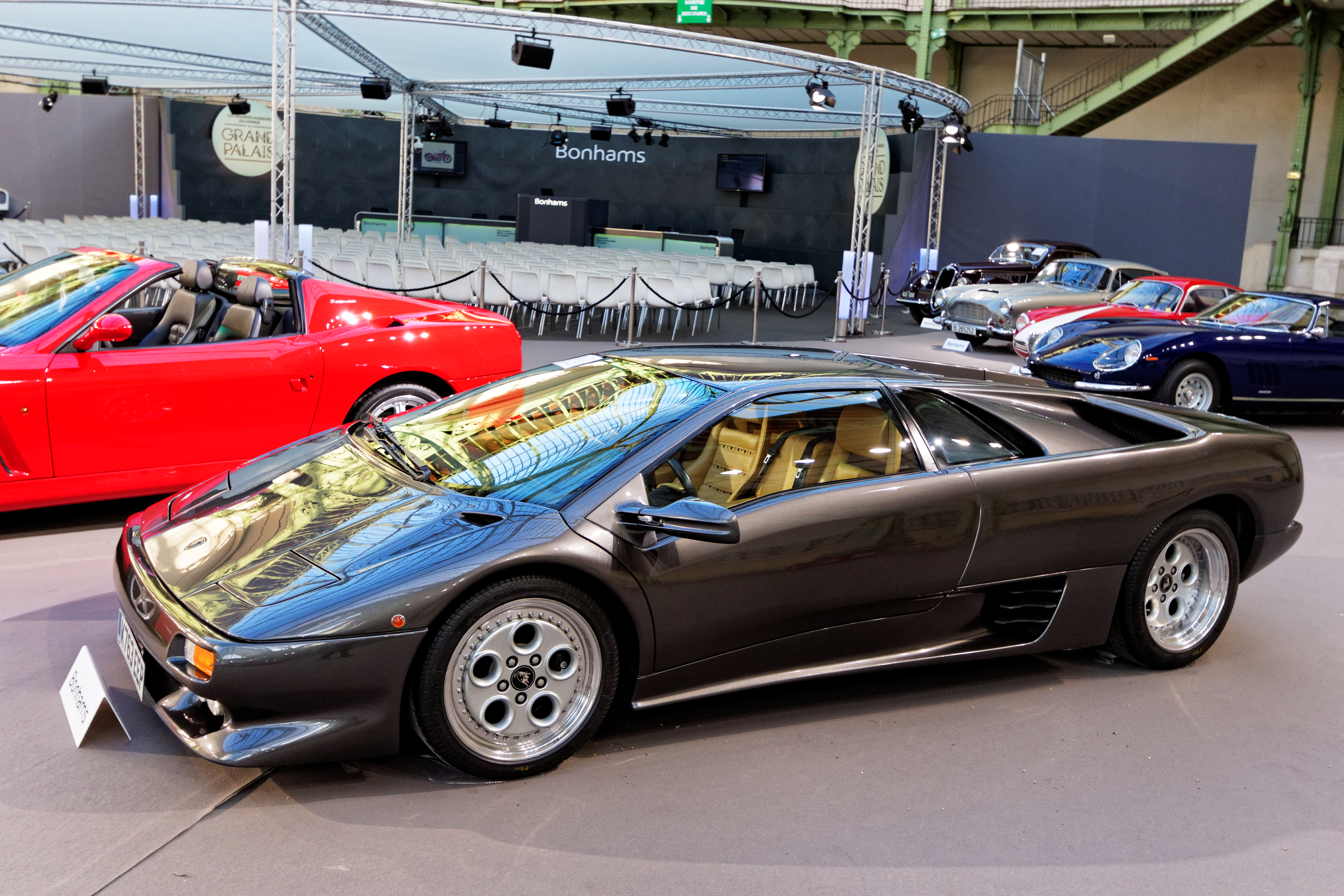 https://upload.wikimedia.org/wikipedia/commons/e/e3/Paris_-_Bonhams_2016_-_Lamborghini_Diablo_VT_coup%C3%A9_-_1993_-_001.jpg
