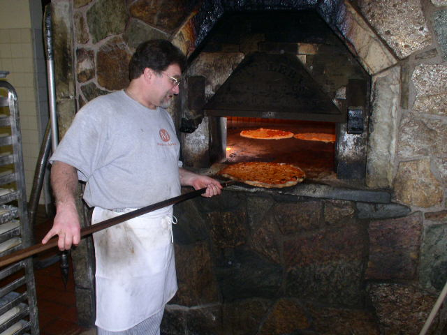 File:Pizza baking in brick oven, New Haven.jpg - Wikimedia ...