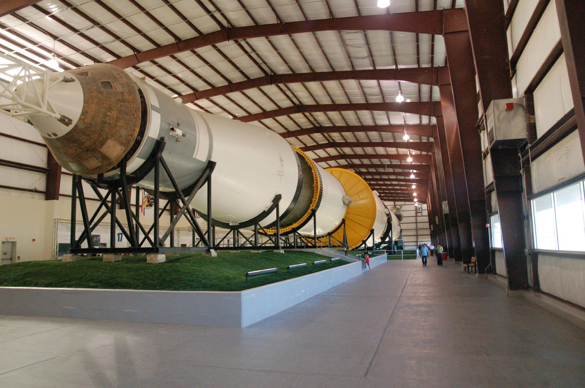 File Saturn V Johnson Space Center Display Jpg Wikimedia