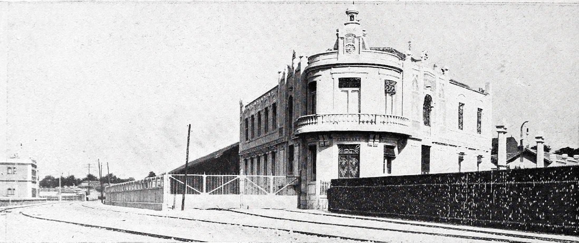 Archivo vista exterior de los edificios muelles y for Exterior edificios