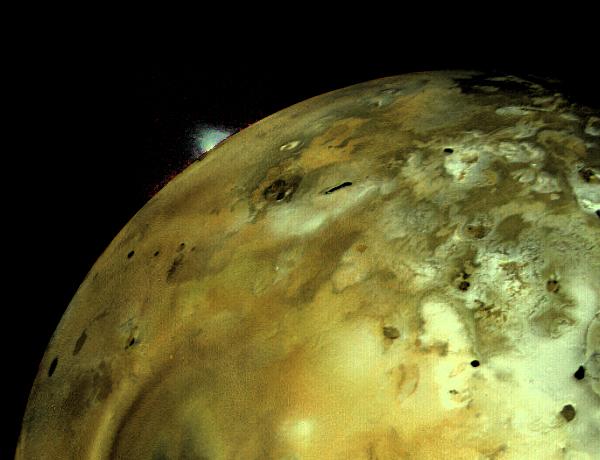 Actividad volcánica en Io.