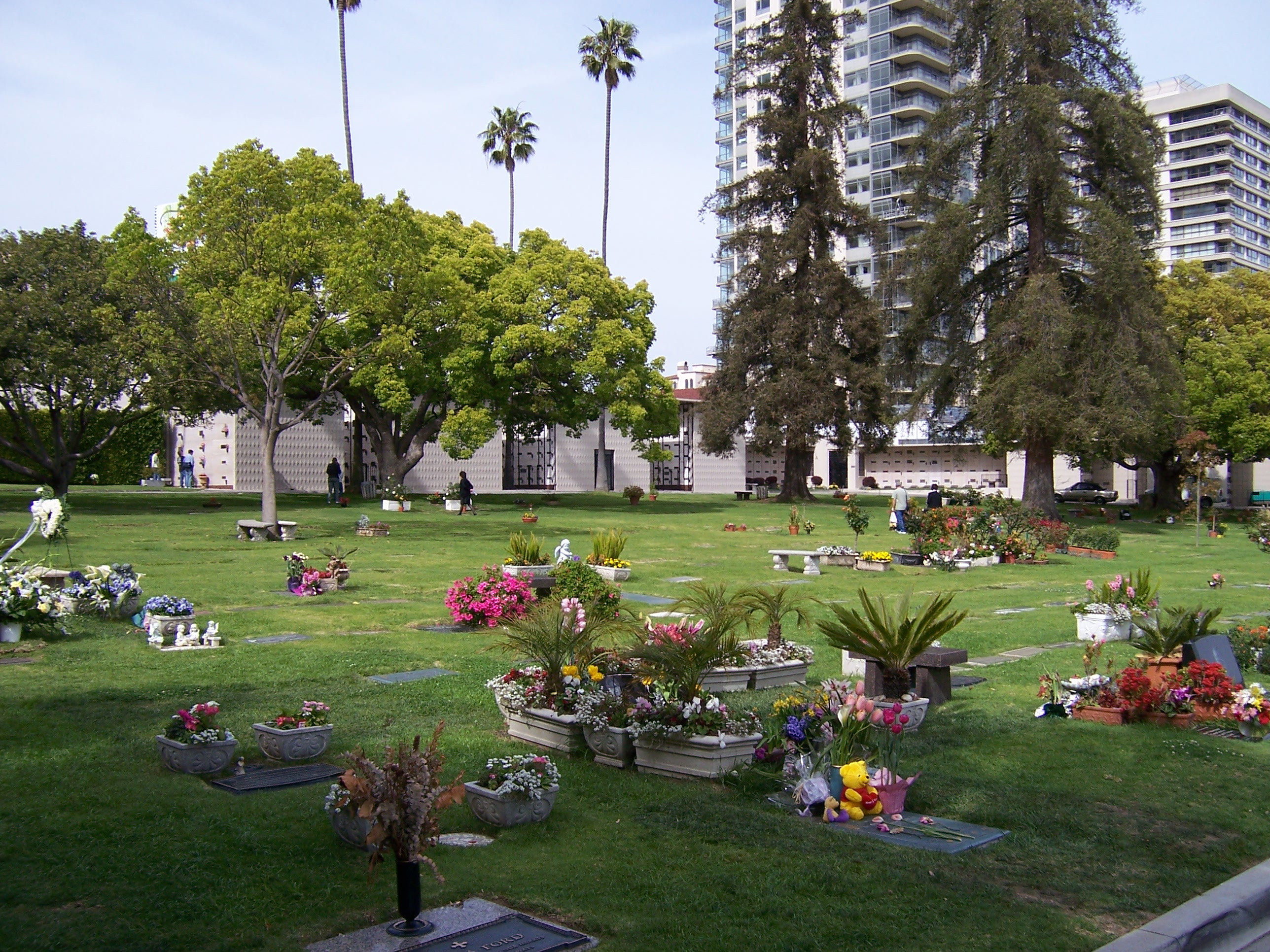 File westwood village memorial park cemetery view to for Cementerio jardin memorial