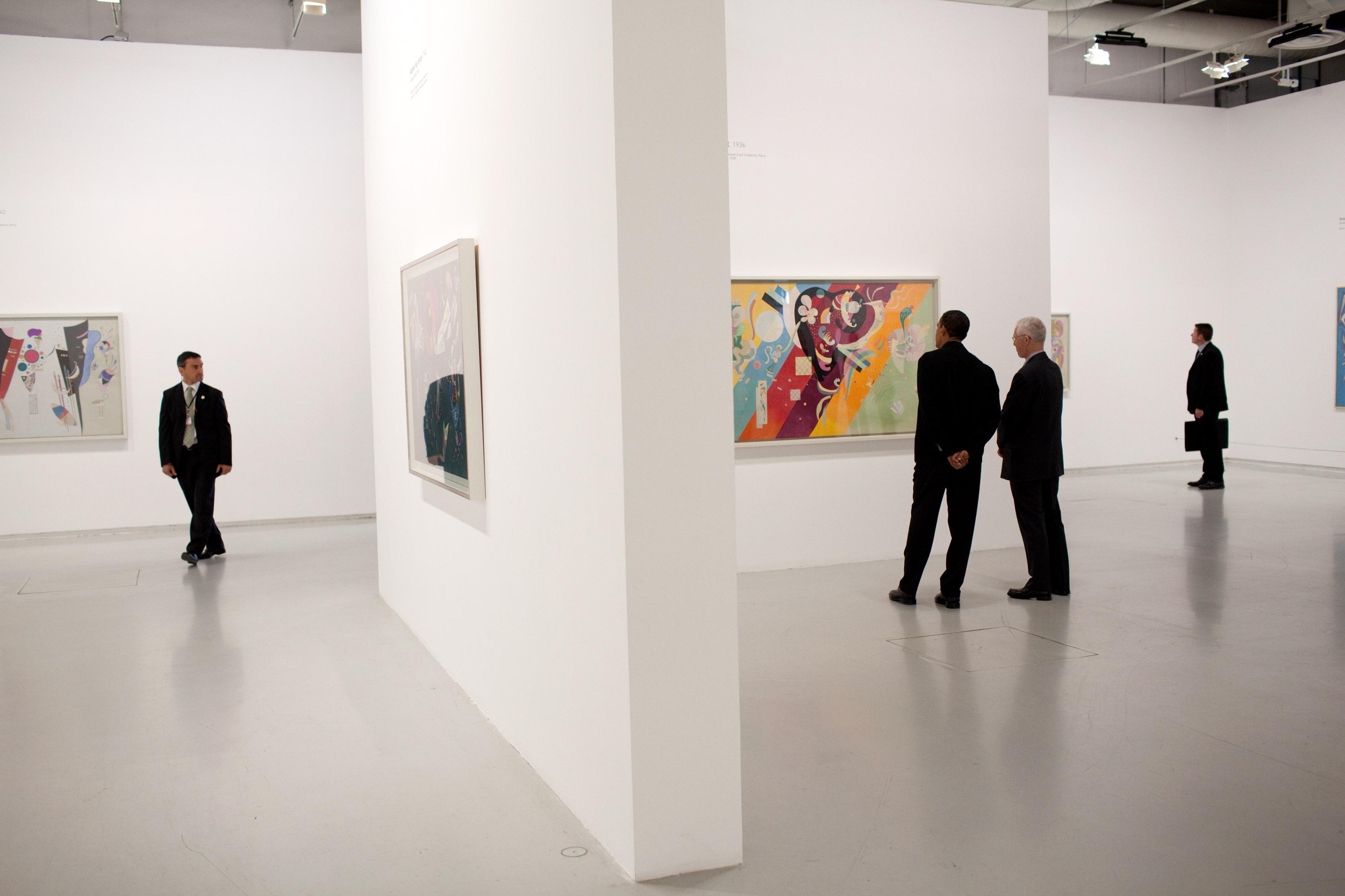 File barack obama tours the centre pompidou modern art for Art minimal centre pompidou