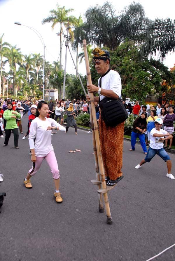 File:Beregrang di CarFreeDay Ijen Malang.jpg
