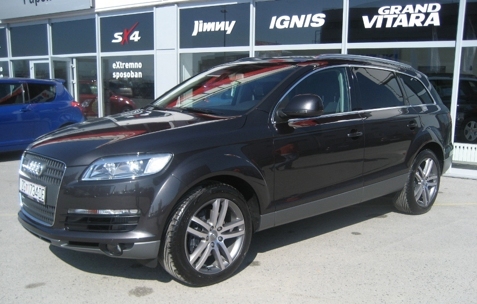 Audi (official topic) - Page 2 Black_Audi_Q7_front
