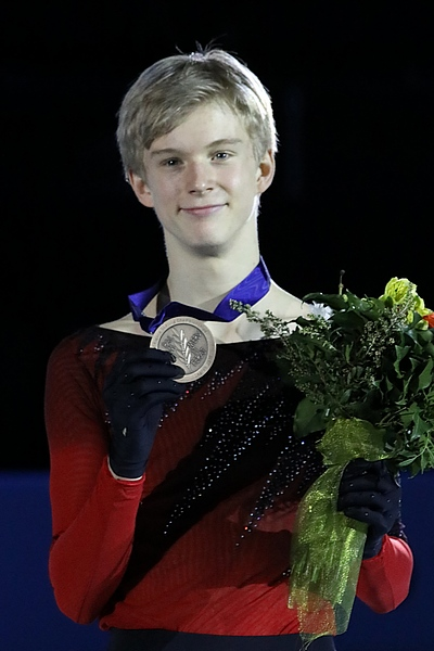 https://upload.wikimedia.org/wikipedia/commons/e/e4/Daniel_Grassl_at_the_Junior_World_Championships_2019_-_Awarding_ceremony.jpg